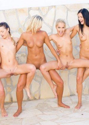 Лесбиянки совсем сорвались с катушек – устроили фото сессию, которая переросла в красивый лесби секс - фото 11