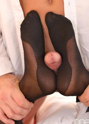 Черная девушка с бритой киской занимается горячим сексом с белым парнем - фото 5