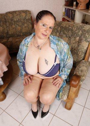 Зрелая леди с большой грудью соблазняет своих преданных поклонников - фото 8