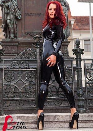 Рыжая бестия устраивает эротическую фото сессию, она в одежде, но ее хочется отодрать каждому мужику - фото 1