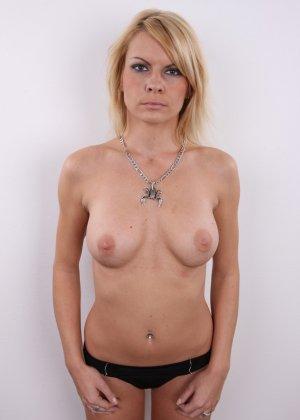 Девушка позирует перед камерой в обнаженном виде у стула - фото 10