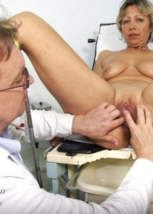 Зрелая Ванда приходит к врачу, он помогает ей раздеться и поудобнее устроиться для тщательного осмотра - фото 9