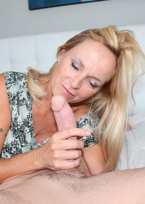 Опытная блондинка знает, как ублажать мужчину и делает это действительно качественно, доводя до конца - фото 2
