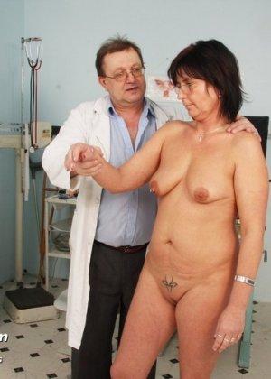 Зрелая женщина приходит на прием к гинекологу, раздвигает ноги и с удовольствием дает себя осмотреть - фото 3