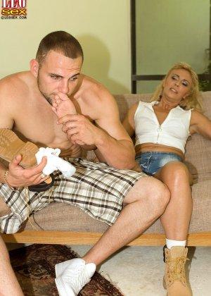 Жазелла Мур подставляет свои ножки для поцелуев, а затем ласкает стопами член молодого человека - фото 11