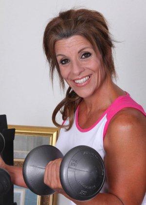Женщина в зрелом возрасте показывает, как для нее важно сохранять идеальную форму с помощью спорта - фото 12