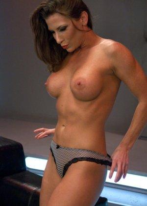 Телка согласилась на настоящее испытание, ее связали, а во все щели вставили мощные секс-машины - фото 4