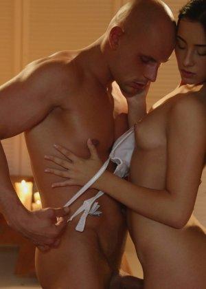 Лысый паренек занимается красивым сексом с сексуальной брюнеткой - фото 10