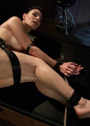 БДСМ от привлекательной брюнетки, ее свяжут и между ног вставят мощный вибратор - фото 14
