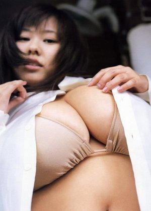 Японка с шикарными буферами покажет свои аккуратные соски и заведет всех мужиков - фото 5