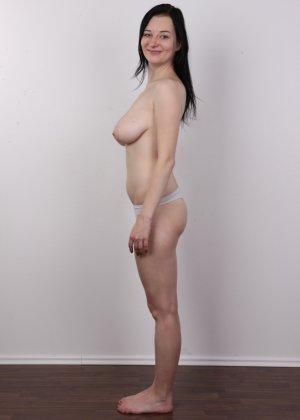 В чешском кастинге девушка решает показать всю себя без одежды и не стесняется камеры - фото 8
