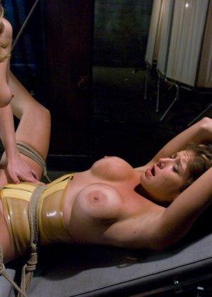 Гинеколог лесбиянка, увлекающаяся БДСМ – это зрелище не для слабонервных, телка трахнет пациентку всеми подручными предметами - фото 10