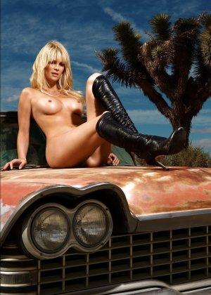 Германская модель Моника делает интимные фото в голом виде на камеру - фото 12
