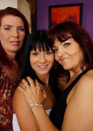 Три похотливые сучки уединяются для того, чтобы получить максимум удовольствия от лесбийской любви - фото 2