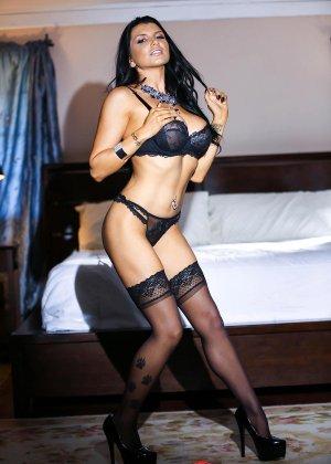Роми Рэйн очень эротично показывает свою сексуальную фигуру, снимая с себя нижнее белье - фото 1