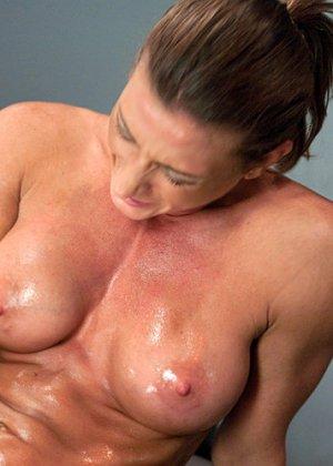 Эта телка прекрасно живет без мужского органа, она знает, как сделать себе приятно собственными руками - фото 4