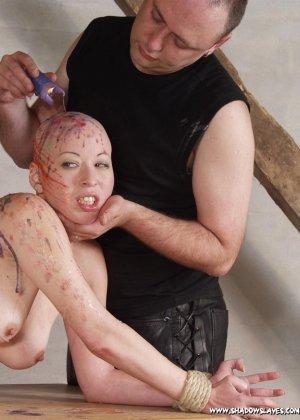 Лысая голая телка в краске улыбается перед своим мужиком - фото 6
