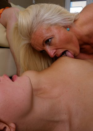 Две развратницы лижутся прямо на глазах у зрелой женщины, которую очень возбуждает это зрелище - фото 12