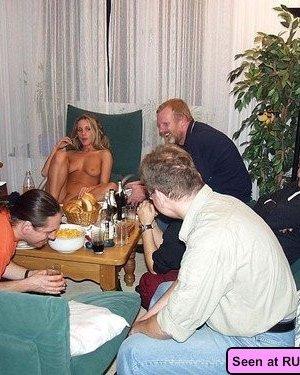 Сисястые девки показывают свои прелести кому попало и фоткаются с парнями с большими членами - фото 6