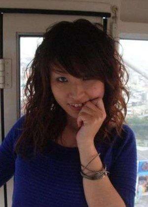 Кучерявая девка с небритой пиздой сняла трусы на камеру в высотке - фото 11