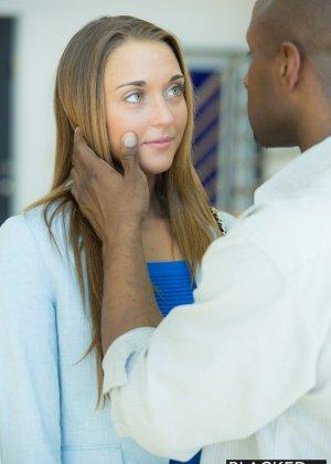 Симпатичная девушка соблазняет собой темнокожего мужчину, позволяет себя оттрахать и обкончать лицо - фото 5