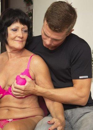Молодой красавчик доставляет удовольствие зрелой женщине, даря ласке ее немолодой груди - фото 8