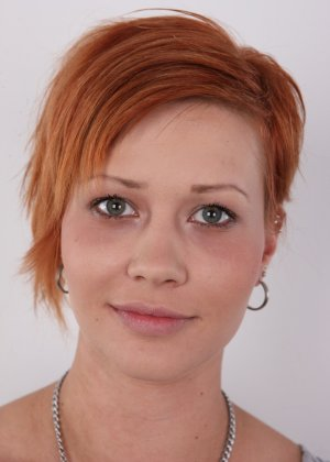 В чешском кастинге участвует девушка с короткой стрижкой, послушно исполняя указания фотографа - фото 2