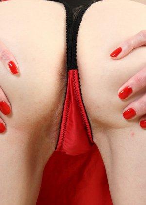 Зрелая женщина немного скромничает, но всё же показывает некоторые части своего тела - фото 12