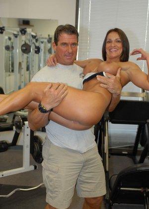 Опытная женщина занимается в спорт-зале, а в итоге оказывается между двумя мужскими членами - фото 3