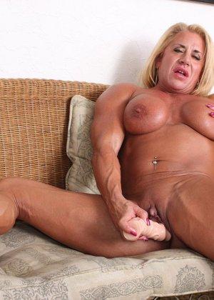 Женщина-бодибилдерша очень напоминает внешне мужчину, но всё же ее нутро говорит о женственности - фото 24