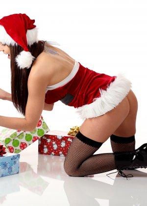 Энди Пинк в новогоднем образе показывает свое сексуальное тело и балуется с вибратором - фото 7