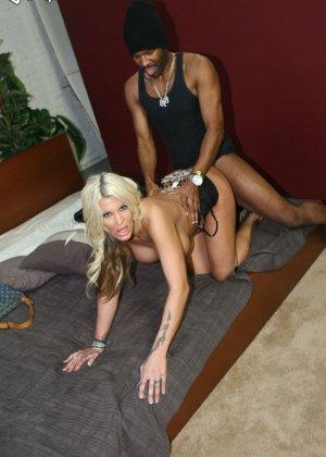 Блондинка делает растяжку, чтобы черный огромный хуй проник как можно глубже в ее розовую вагину, Мишель МакЛарен в межоассовом порно - фото 11