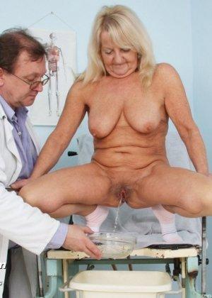 Пожилая женщина приходит на прием к врачу, чтобы показать все свои достоинства перед мужчиной - фото 14