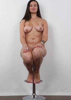 Длинноволосая брюнетка на пробах в секс индустрию показала сиськи - фото 15