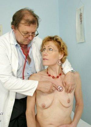 Зрелая Мила в очках расставляет ноги перед развратным доктором и разрешает ему рассмотреть себя всю - фото 6