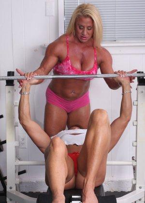 Два транса развлекаются друг с другом в спорт-зале, получая удовольствие от взаимных ласк - фото 1