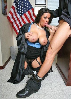 Темноволосая судья с огромными силиконовыми сиськами сосет хуй лысому адвокату, а затем позволяет себя выебать - фото 8