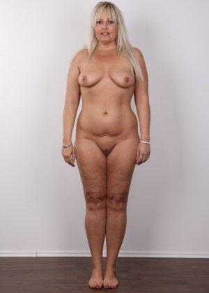 Блондинистая зрелая дамочка с пышными формами позволяет наблюдать за собой, показывая все части тела - фото 10