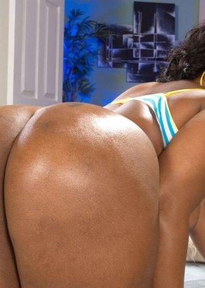 Темнокожая дамочка с пышным телом показывает, как она выглядит без одежды - фото 11- фото 11- фото 11