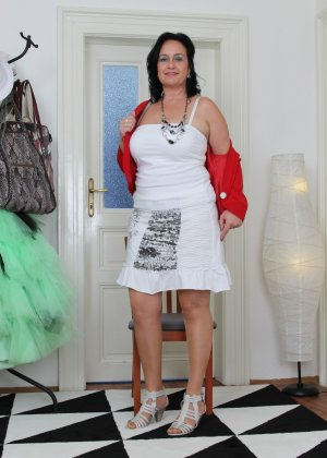 Зрелая женщина показывает свое пышное тело, а затем принимается облизывать искусственный фаллос - фото 8