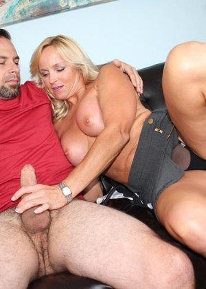Опытная женщина знает, как доставить мужчине удовольствие одними только руками и применяет свои умения - фото 11