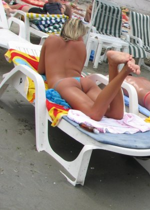 Галерея собрала в себе множество фотографий отдыхающих на пляже девушек - можно насладиться их красотой - фото 6