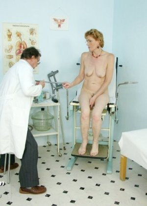 Зрелая Мила в очках расставляет ноги перед развратным доктором и разрешает ему рассмотреть себя всю - фото 11