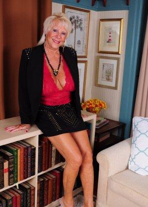 Зрелая американская леди показывает свою большую грудь и светит своими стопами с маникюром - фото 2