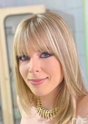 Медбрат в белом халате помог раслабиться худенькой блондинке в трусиках - фото 1