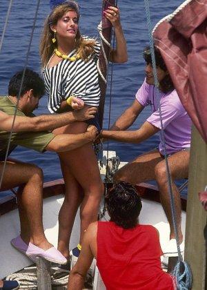 Прямо на яхте одну красотку окучивают несколько мужчин и она с удовольствием удовлетворяет каждого из них - фото 3