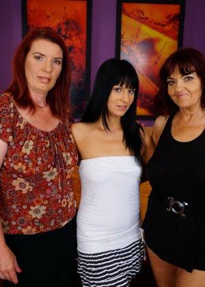 Три похотливые сучки уединяются для того, чтобы получить максимум удовольствия от лесбийской любви - фото 1