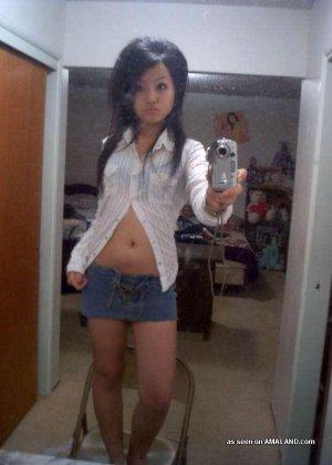 Сексуальная азиатка симпатичной внешности делает красивые фото на телефон - фото 11