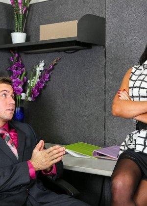 Секретарша любит, когда босс лижет ей пизду перед тем, как выебать в жопу на своем рабочем столе - фото 2