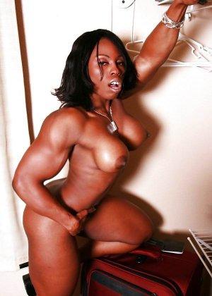 Черная женщина показывает, что занимаясь бодибилдингом можно добиться невероятных результатов - фото 1